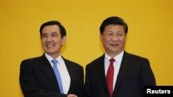 Presiden China Xi Jinping (kanan) dan Presiden Taiwan Ma Ying-jeou dalam KTT di Singapura (7/11).