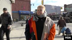 Amanda Lugg walks through her Bedford-Stuyvesant neighborhood in the Brooklyn borough of New York, Dec. 2015. (R. Taylor/VOA)