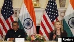 Menteri Luar Negeri AS, Hillary Clinton (kanan) dan Menteri Luar Negeri India S.M Krishna membuka dialog stategis bilateral AS-India di Washington DC (13/6).