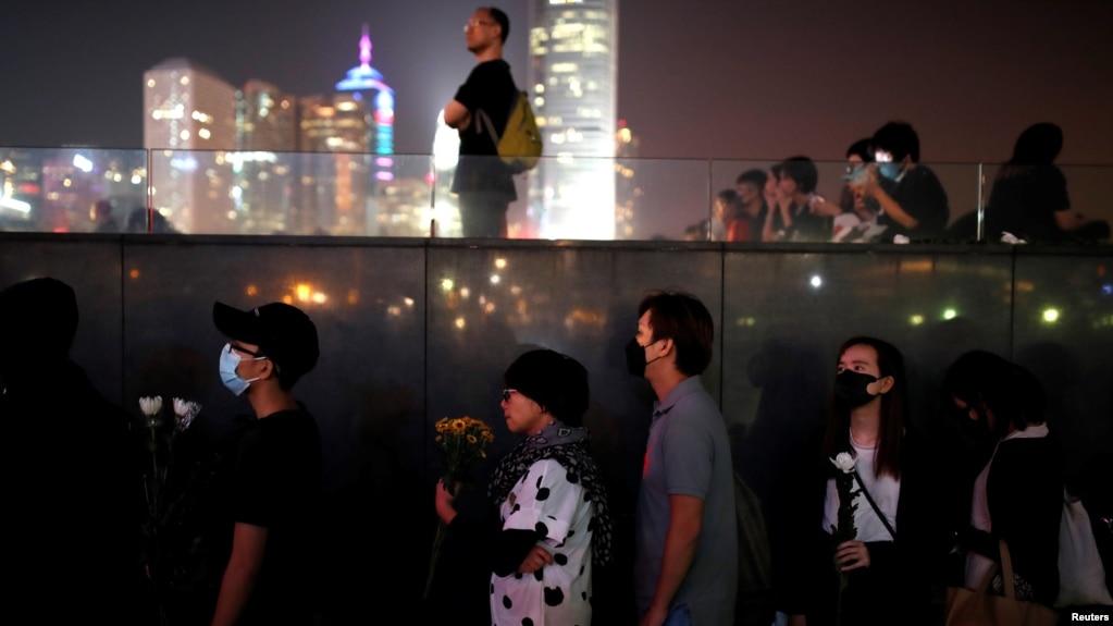 Người dân tụ tập tại Công viên Tamar, bên ngoài tòa nhà Viện Lập pháp, trong một buổi lễ cầu nguyện và tưởng niệm ở Hong Kong, Trung Quốc, ngày 9 tháng 11, 2019.