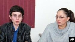 Mayra López, madre del joven, derecha, agradece a todas los que la han ayudado a encontrar una solución para su hijo José, a la izquierda.