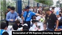 Hàng nghìn người Việt Nam đến xin visa ở Đại sứ quán Hàn Quốc ở Hà Nội. (Ảnh chụp màn hình VN Express)
