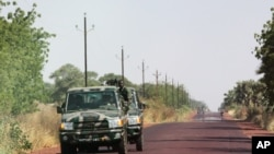 Des soldats maliens sur la route en direction de Diabaly, 40 kilomètres de Segou, le 14 janvier 2013.