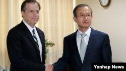 북핵 6자회담 미국측 수석대표인 글린 데이비스 국무부 대북정책 특별대표(왼쪽)가 한국측 수석대표인 임성남 외교부 한반도평화교섭본부장과 14일 한국 외교부에서 회동했다.