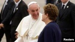 2013年7月22日教皇弗朗西斯抵达巴西的里约热内卢国际机场时受到巴西总统罗塞夫的欢迎。