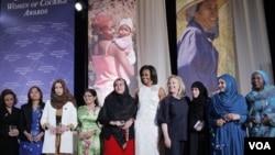 Ibu negara Michelle Obama dan Menlu AS Hillary Clinton bersama 10 penerima penghargaan 'International Women of Courage Awards 2012' di Washington (8/3).