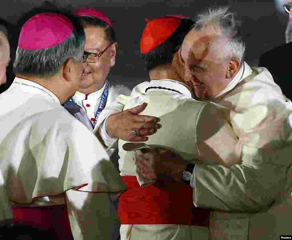 Papa Frensis Filippinin cardinalı Luis Antonio Taqlla görüşür - Manila, 15 yanvar, 2015