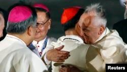 El papa Francisco abraza al cardenal filipino Luis Antonio Tagle a su llegada a Manila.
