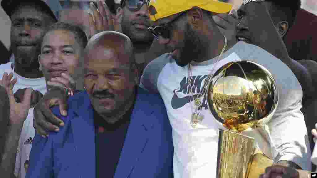 L'ancien joueur du foot américain Cleveland Brown Jim Brown, célebre avec son ami Lebron James, lors du défilé, le 22 juin 2016.
