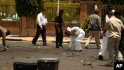 Cảnh sát Yemen tại hiện trường sau vụ đánh bom tự sát ở thủ đô Sanaa, ngày 21/5/2012
