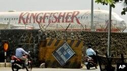 Máy bay của Kingfisher đậu trong phi trường nội địa của Ấn Độ trong thành phố Mumbai