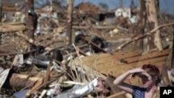 阿拉巴馬州遭龍卷風襲擊﹐一名婦人站在殘垣斷壁中望著被摧毀的房屋