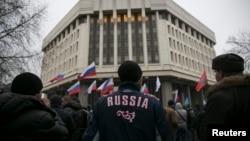 2月27日,亲俄罗斯人士在克里米亚议会大厦外举行集会