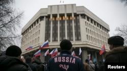 Pro-ruski skup ispred zgrade parlamenta u Simferopolu, glavnom gradu Krima, 27. februara 2014.