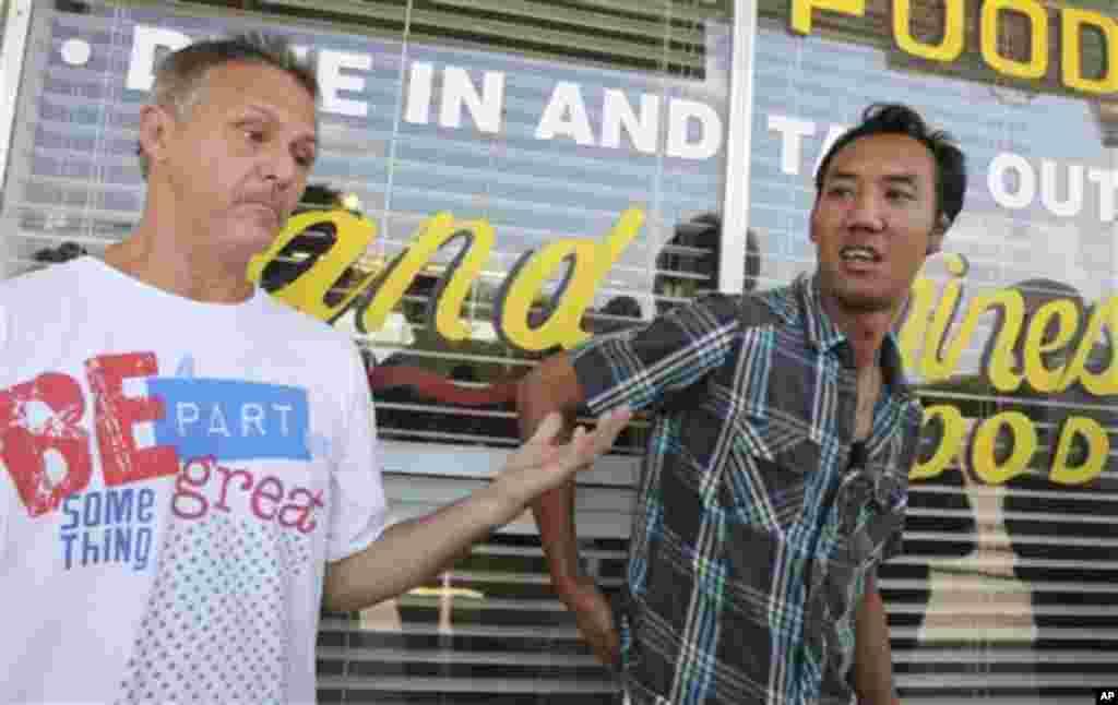 რესტორნის მეპატრონეები უი სუტამტევაკული ( მარჯვნივ) და მაიქლ რიტროვატო არონ ალექსისთან მუშაობას იხსენებენ, ფორტ ვორტი, ტეხასის შტატი, 16 სექტემბერი, 2013.
