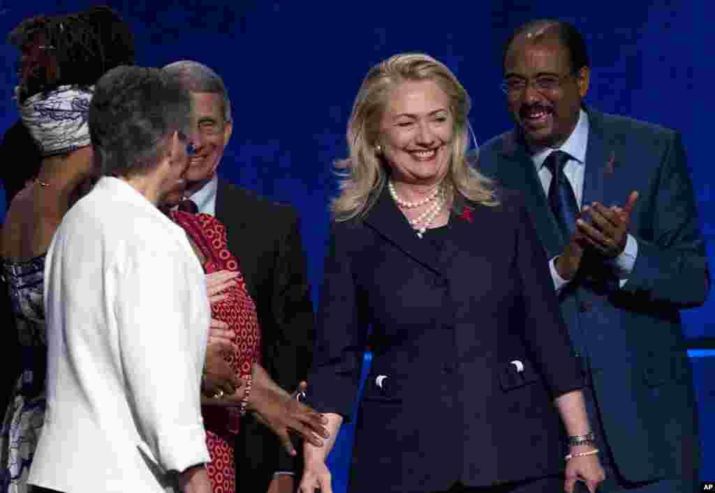 Ngoại trưởng Hoa Kỳ Hillary Clinton đến dự hội nghị, 23/7/2012.