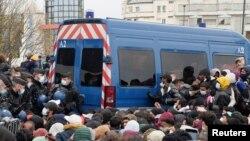 Des gendarmes français évacuent les migrants de leur camp de fortune près de l'autoroute A1 à Saint-Denis près de Paris, France, le 17 novembre 2020.