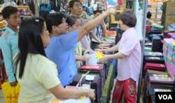 Người mua sắm ở Yangon tìm mua longyi. (Steve Herman/VOA News)