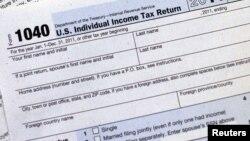 Форма номер 1040 для заполнения подоходного налога в США (архивное фото)