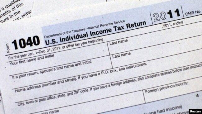 Một mẫu đơn khai thuế thu nhập cá nhân.