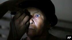 Hình minh họa - Một bệnh nhân được kiểm tra mắt trước khi phẫu thuật cườm khô (mổ cataract).