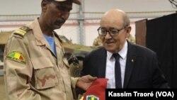 Le colonel Rhissa, coordonateur du Mécanisme opérationnel de coordination (MOC), avec le ministre français Jean-Yves Le Drian (archive). (VOA/Kassim Traoré)