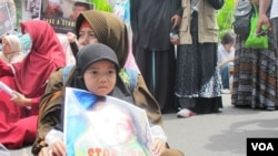 Para peserta aksi 'GerakanKemanusiaan 212' di depan Kedutaan Besar Rusia di Jakarta hari Senin (19/12). (VOA/Fathiyah Wardah)