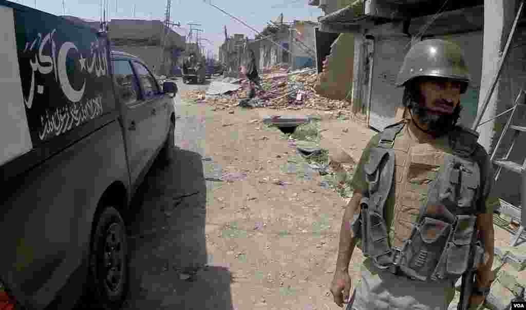 A Pakistani soldier is seen near destroyed shops in Miranshah, North Waziristan, Pakistan. (Ayaz Gul/VOA)