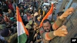 بھارتی پولیس جمو ایرپورٹ کے قریب ہندو قوم پرست جماعت بھارتیہ جنتا پارٹی کے ایک ورکر کو پکڑنے کی کوشش کررہی ہے۔