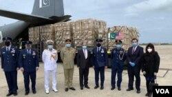 پاکستان کی جانب سے امریکہ کو بطور تحفہ بھجوائے گئے سامان میں کرونا وائرس سے بچاؤ کے خصوصی لباس اور سرجیکل ماسک شامل ہیں۔