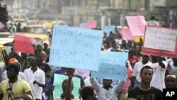Waandamanaji wakishikilia mabango kupinga ongezeko la bei ya mafuta katika mji mkuu wa kibiashara wa Lagos, Nigeria