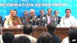 رضاربانی نے دیگر وفاقی وزراء کے ہمراہ پریس کانفرنس میں وزارتوں کی منتقلی کا اعلان کرتے ہوئے