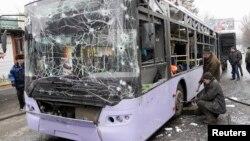 22일 우크라이나 도네츠크에서 버스가 포격을 받아 적어도 13명이 사망했다.