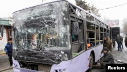 Hiện trường chiếc xe buýt bị hư hỏng sau vụ pháo kích giết chết ít nhất 13 người tại Donetsk, Ukraine, ngày 22/1/2015.