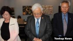 미국의 대표적인 지한파 정치인 마이크 혼다(민주·캘리포니아) 연방하원의원(가운데)이 지난 20일 북캘리포니아 지역 한인들이 주최한 세월호 참사 '후원의 밤' 행사에 참석했다.