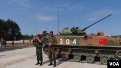 中俄聯合軍事活動日益增多。圖為2015年在俄羅斯軍事比賽期間,站在中國戰車前的俄羅斯軍人(美國之音白樺攝)