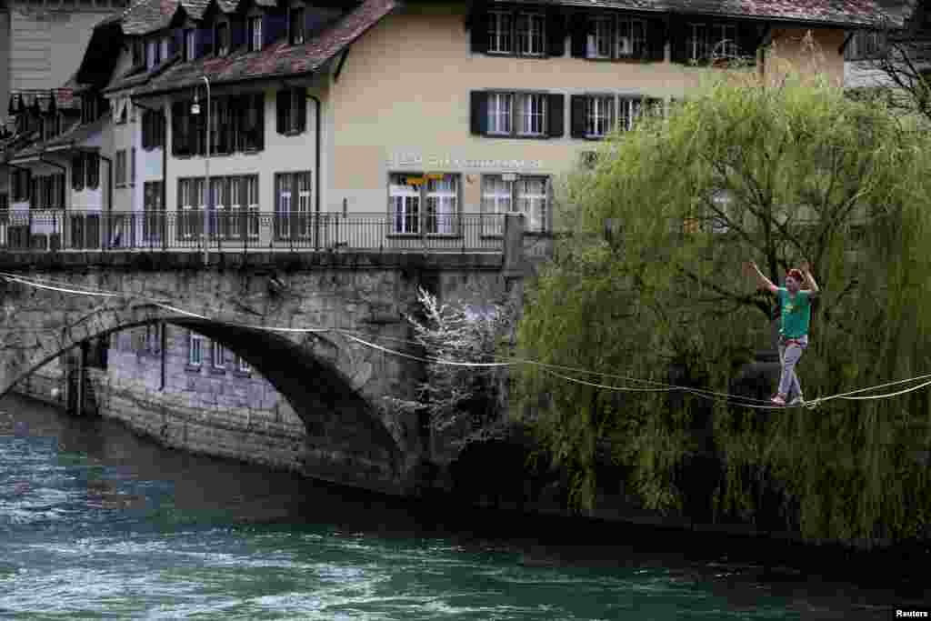 هنرنمایی طناب باز بر روی رودخانه آر در شهر برن، سوئیس