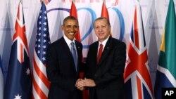 Rais Barack Obama, kushoto, na Rais Recep Tayyip Erdogan wap;iga picha baada ya mkutano wao mjini Antalya, Uturuki, Nov. 15, 2015.