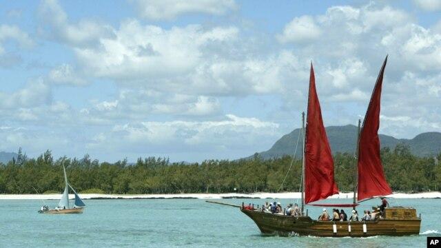 Replika kapal bajak laut 'Flor de la Mar' digunakan untuk membawa turis mengelilingi pulau Mauritius (Foto: dok). Sekitar 50 negara kepulauan kecil berkumpul di pulau ini untuk berdiskusi terkait maslaah perubahan iklim.