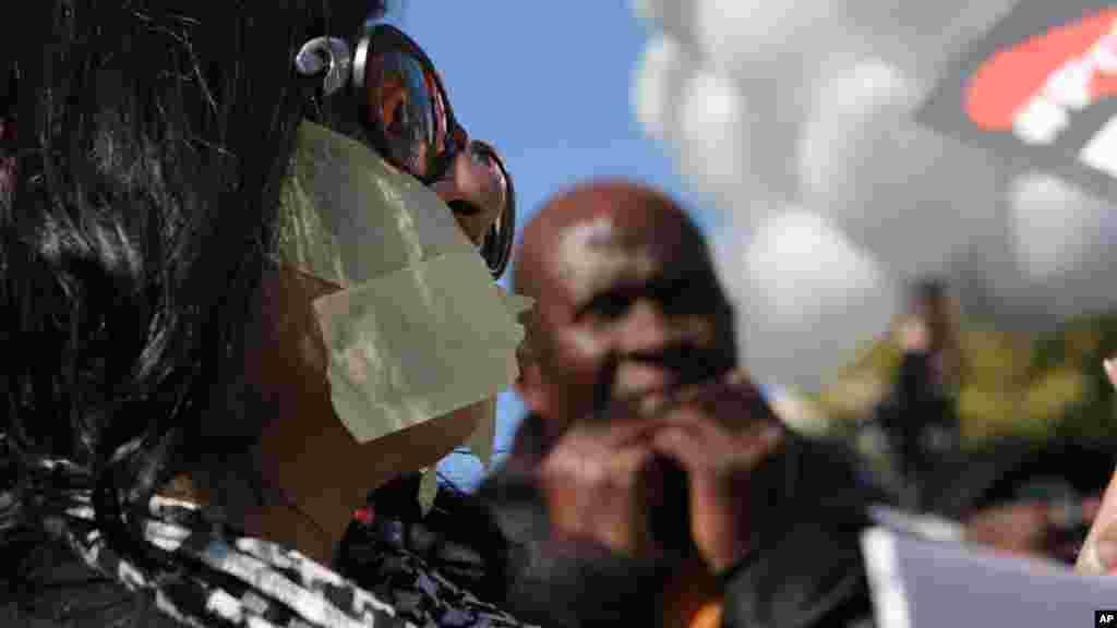 Les manifestants avec des rubans sur leurs bouches à Johannesburg pour protester contre la radio-télévision publique, le 1er juillet 2016.