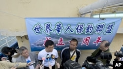 Huang Hsi-lin (C-white shirt), the chairman of an activist organization that asserts Chinese sovereignty over a group of uninhabited islets, known as Senkaku in Japan and Daioyutai in China, takes questions from the media, January 3, 2012.
