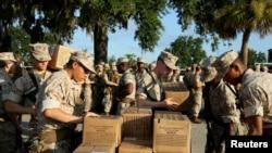 Des recrues de la marine américaine au Marine Des militaires se préparent à évacuer avant l'ouragan Florence à Parris Island, en Caroline du Sud, le 11 septembre 2018.