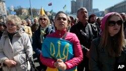 4月6日烏克蘭人在基輔獨立廣場呼喊口號