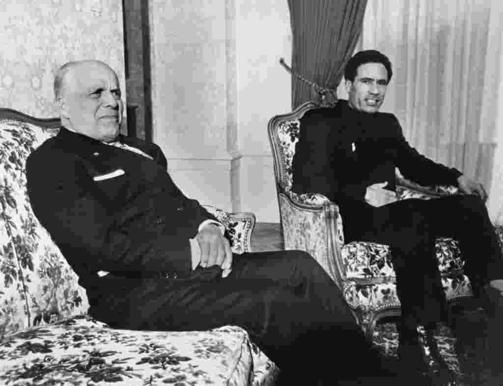 سرهنگ معمر قذافی رهبر لیبی به اتفاق حبیب بورقیبه، رئیس جمهوری تونس در این عکس که در سال ۱۹۷۴ در ژنو برداشته شد دیده میشوند.