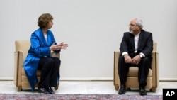 Pejabat Uni Eropa Catherine Ashton (kiri) dan Menlu Iran Mohammad Javad Zarif dalam pembicaraan di Jenewa 15/10 lalu (foto: dok).
