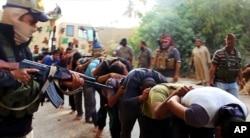 Hình ảnh được đăng tải trên một trang web của các phần tử chủ chiến cho thấy các phần tử ISIL bắt và dẫn các binh sĩ Iraq đi sau khi một căn cứ quân sự gần Tikrit bị tiếp quản