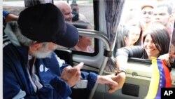 La página web CubaDebate muestra la foto de Fidel Castro saludando a una joven venezolana en su edición de este sábado.