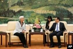 中国总理李克强在北京人民大会堂接见国际货币基金组织总干事拉加德。(2014年3月24日)