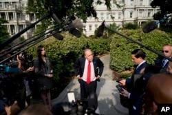 白宮首席經濟顧問拉里·庫德洛2018年8月16日在白宮北草坪接受採訪後。