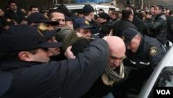 ომის ვეტერანების მშვიდობიანი აქცია პოლიციამ ძალის გაადმეტებით დაშალა